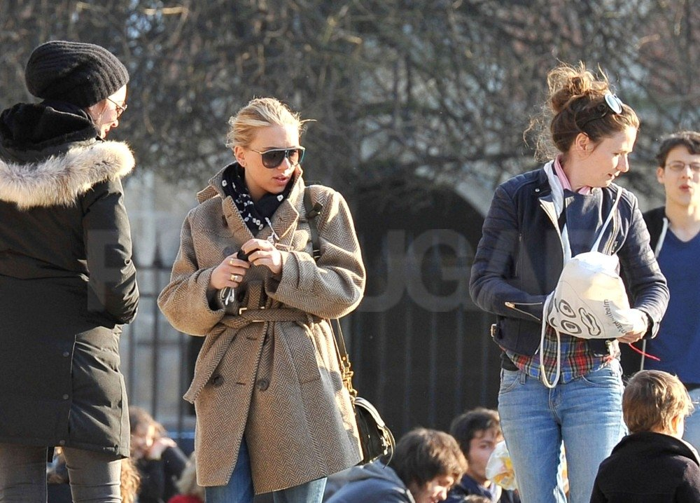 Scarlett Johansson and her friends spent the day hanging out in Paris.