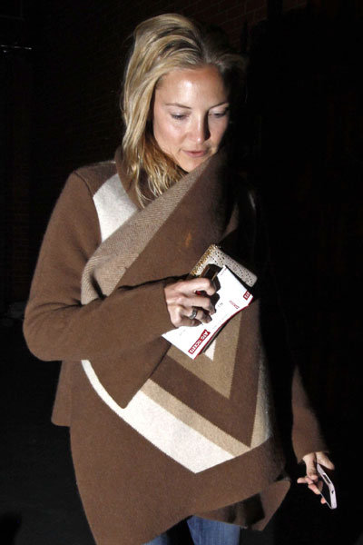 Kate Hudson carried her ticket in her hand.