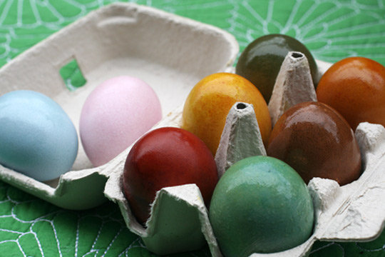 Get a thorough tutorial on using vegetable dyes on Easter eggs.