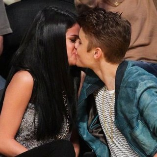 Justin Bieber Selena Gomez Kissing at Lakers Game (Video)