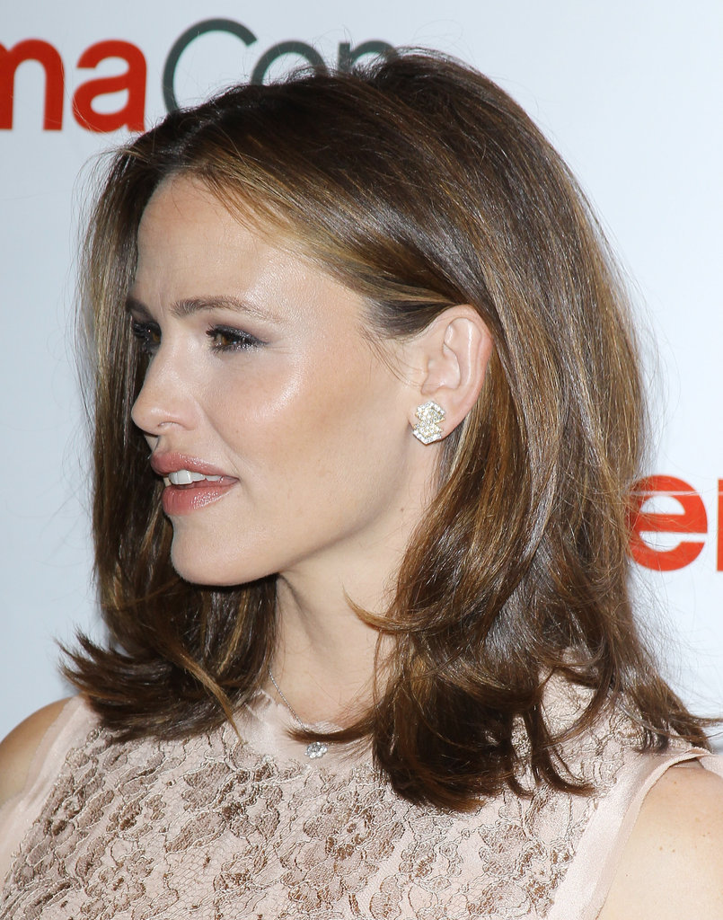 Jennifer Garner posed for photos on the red carpet.