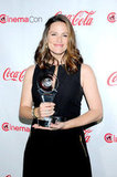 Jennifer Garner smiled with her award for female star of the year at the CinemaCon awards ceremony in Las Vegas.