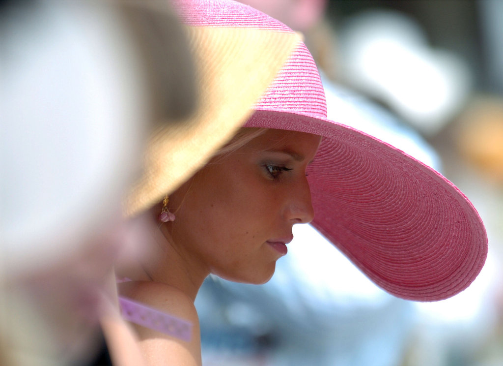 Do you recognize Jessica Simpson underneath the pink brim at the Derby in 2004?