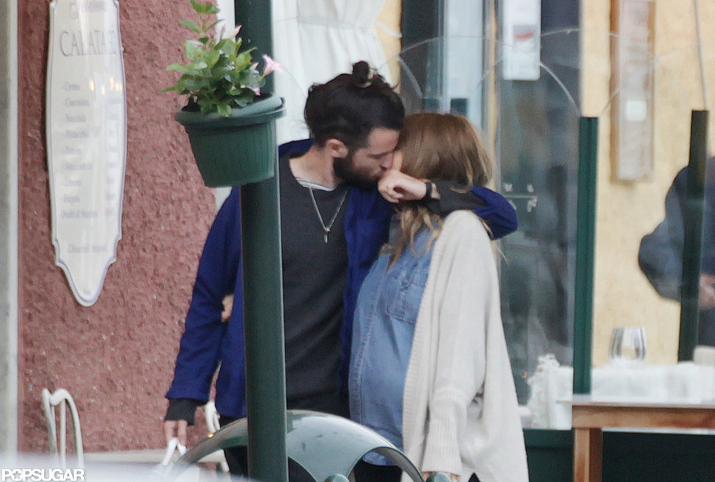 Tom Sturridge and Sienna Miller shared a kiss while out in Italy.