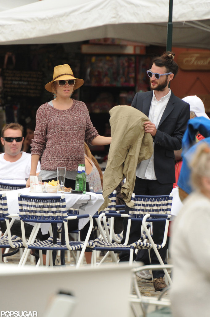Sienna Miller and Tom Sturridge dined at an outdoor cafe during their vacation in Italy.