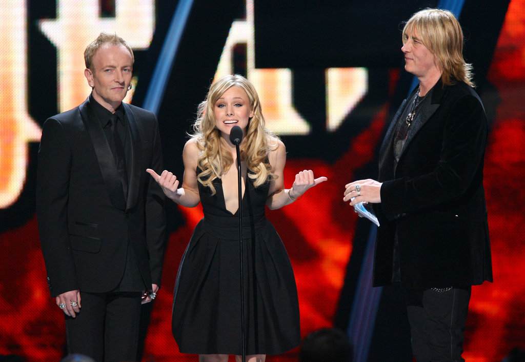 Kristen Bell presented the rock single award with Def Leppard in 2006.