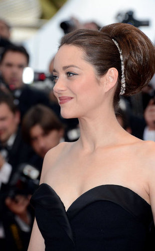 Her hair was finished with the luxest of accessories, and we got a closer glimpse of the feminine sweetheart neckline.
