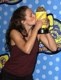 Jennifer Garner gave her golden popcorn award a big kiss in 2003.