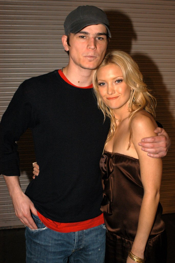 Josh Hartnett and Kate Hudson smiled together while hanging out backstage at the 2003 awards.