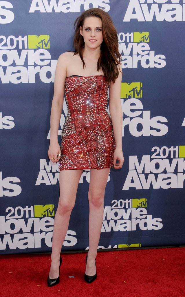 Kristen Stewart showed off her legs in a short dress on the red carpet of the 2011 awards.