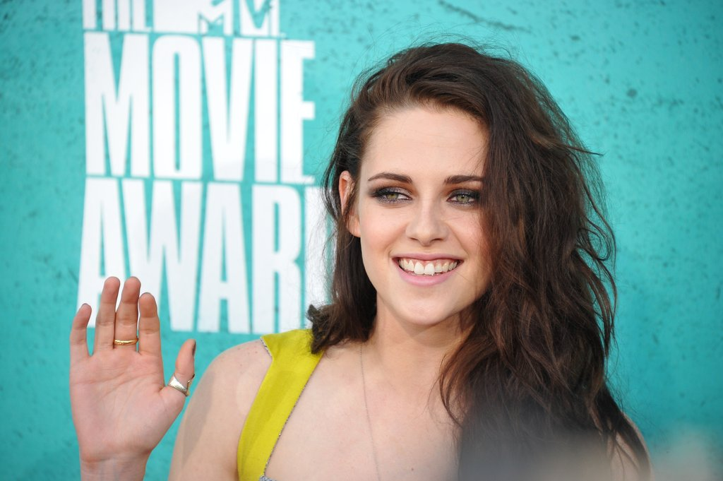 Kristen Stewart waved at the MTV Movie Awards.