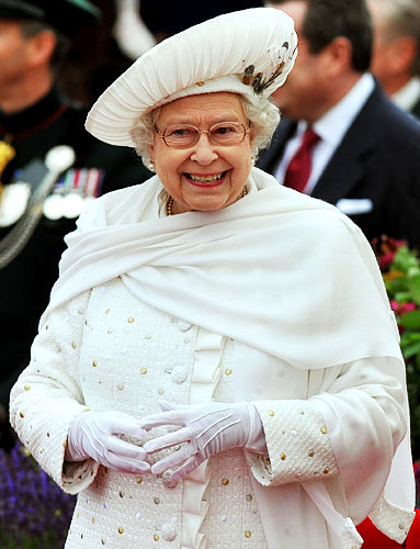 Queen Elizabeth's Jubilee Outfit: Head-to-Toe White!