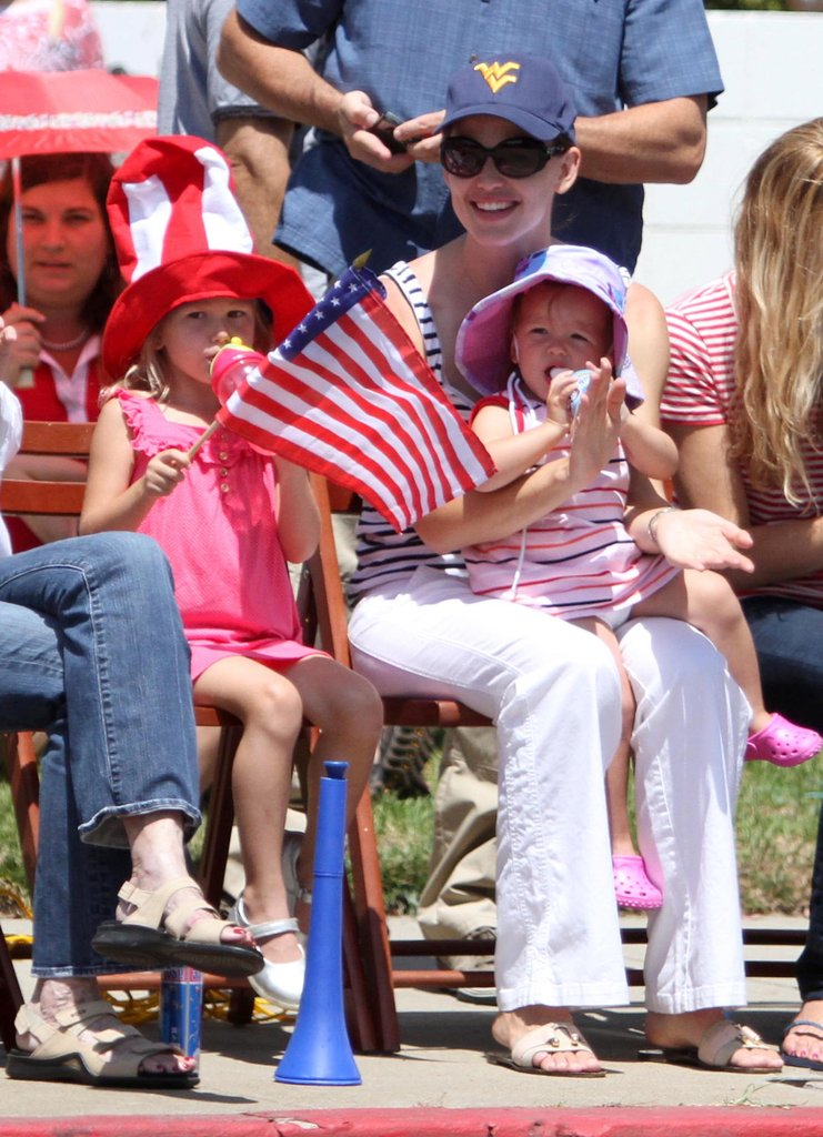 Jennifer Garner took Violet and Seraphina to a 2010 Fourth of July parade in LA.