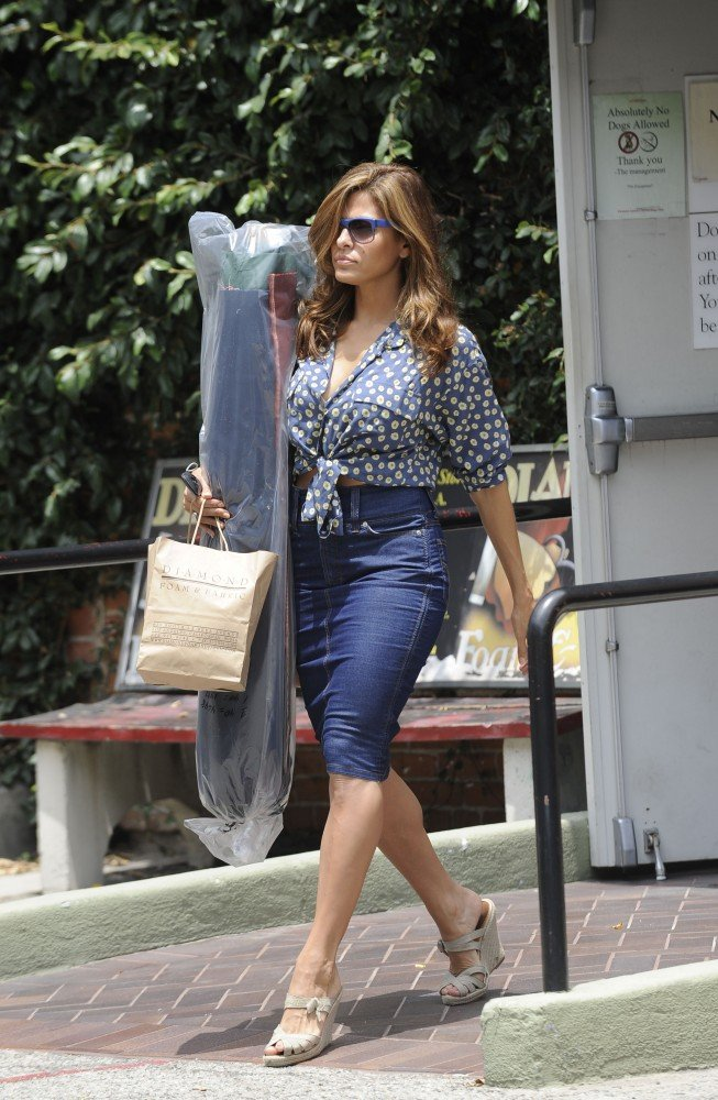 Eva Mendes Struts Her Stuff During a Solo Shopping Trip