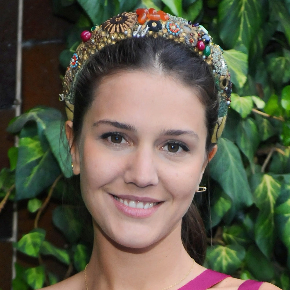 This is the corresponding up-do and chic, embellished headband she wore to the cocktail party. We love how she kept her makeup plain against her colourful accessories and nails.