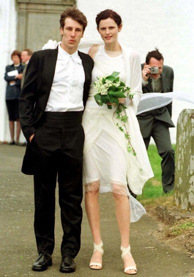 How minimalist! Stella Tennant married David Lasnet in Helmut Lang in June 1999 in Oxfam, Scotland.