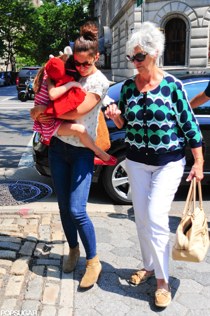 Katie Holmes and her mother took Suri Cruise to the zoo in NYC.