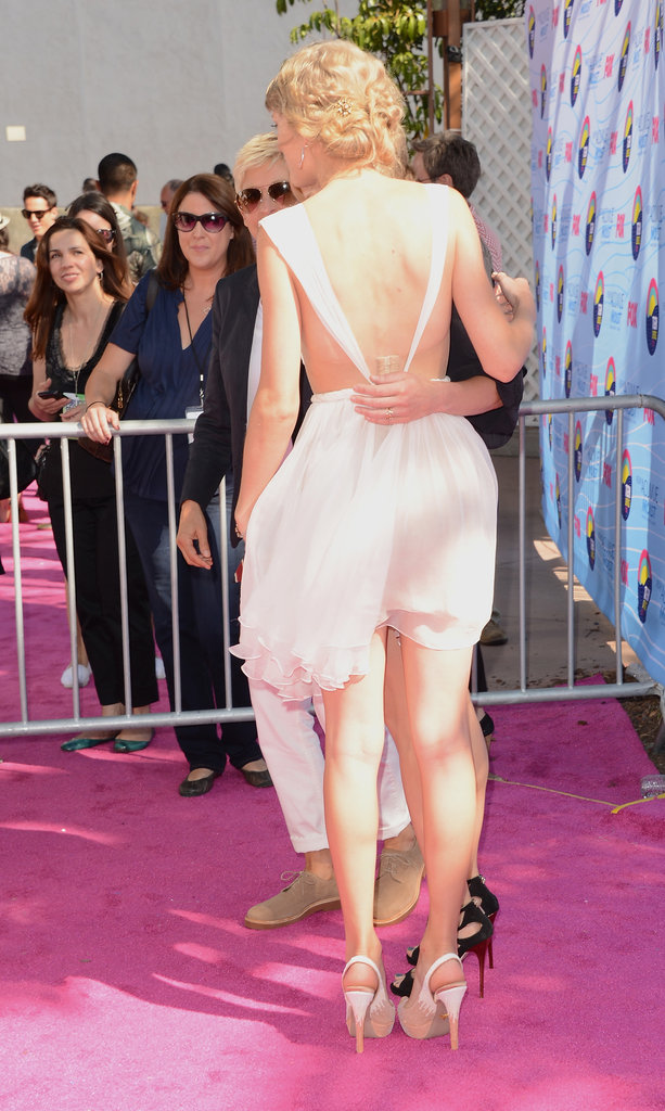 Taylor Swift showed some skin in a backless dress at the Teen Choice Awards.