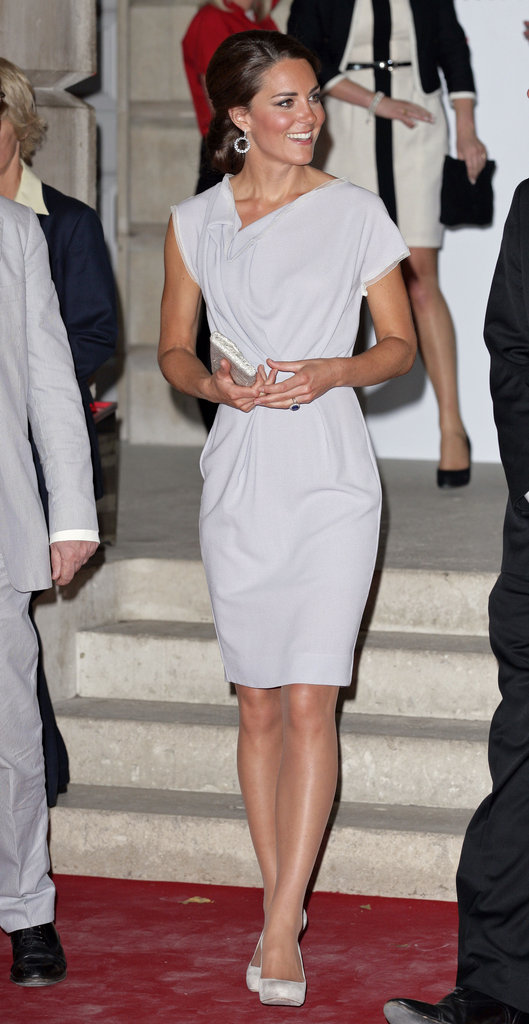Kate Middleton made good use of a Roksanda Ilincic dress that she wore last Summer in LA. Kate stepped out in London this week glowing in the perfect-fit sheath.