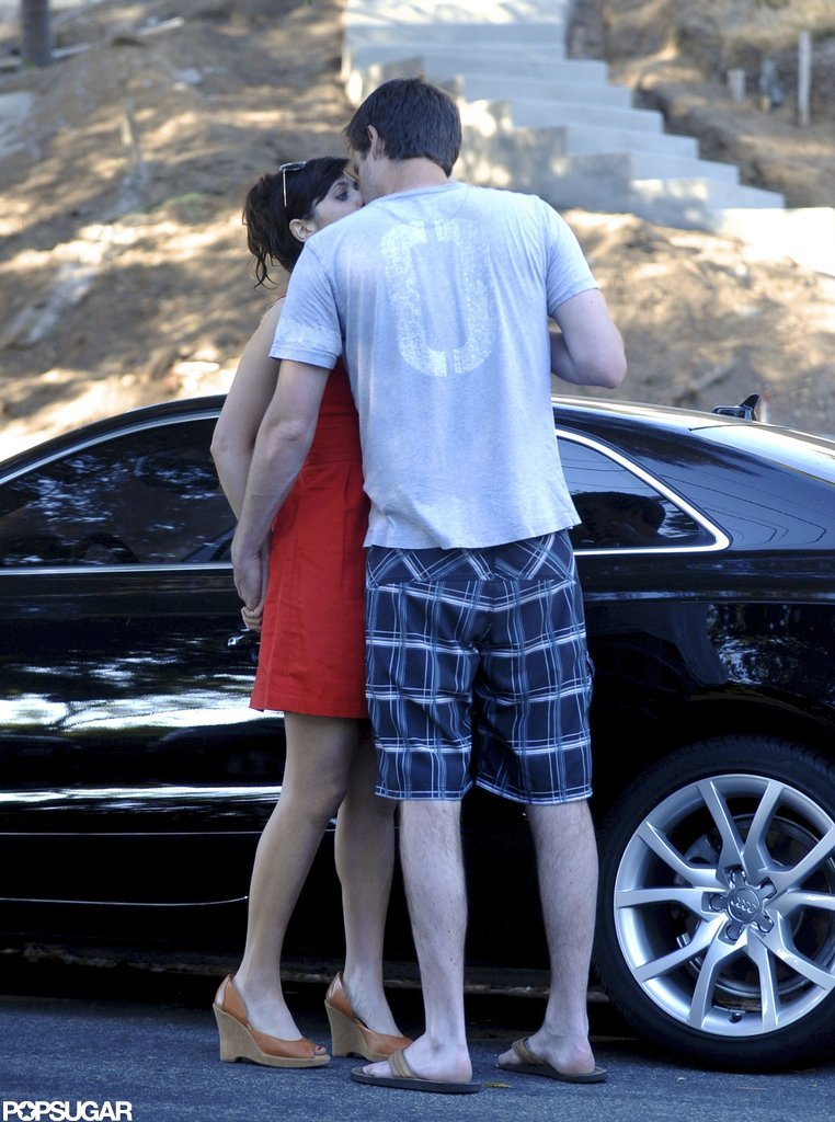 Zooey Deschanel kissed boyfriend Jamie Linden.