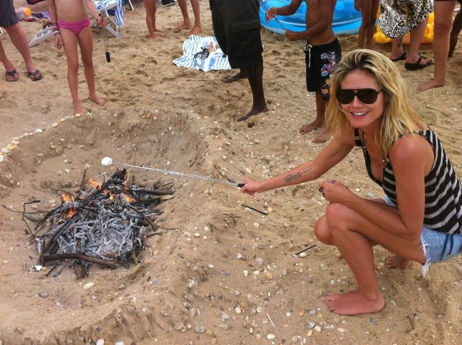 Heidi Klum roasted marshmallows during a beach bonfire.  Source: Twitter user heidiklum