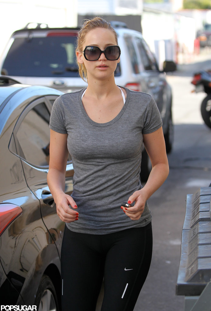 Jennifer Lawrence walked into the gym in a gray t-shirt.