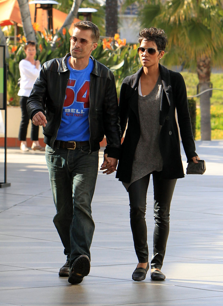 Reason 15: OK, besides the fact that she's killing it in a pair of sexy leather leggings to run errands (no less), she's also married to the handsome Olivier Martinez. Not too shabby, Halle.
