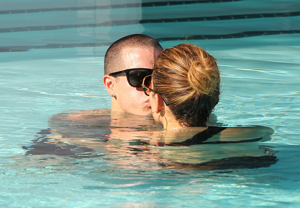 Jennifer Lopez and Casper Smart kissed in the pool in Miami.