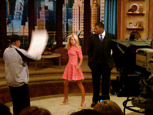 Kelly Ripa showed off on the set. Source: Twitter user Plushpinkallure