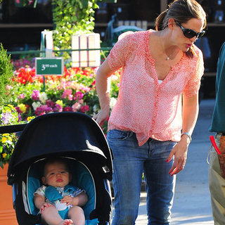 Jennifer Garner Shops With Violet, Sera, and Samuel Affleck