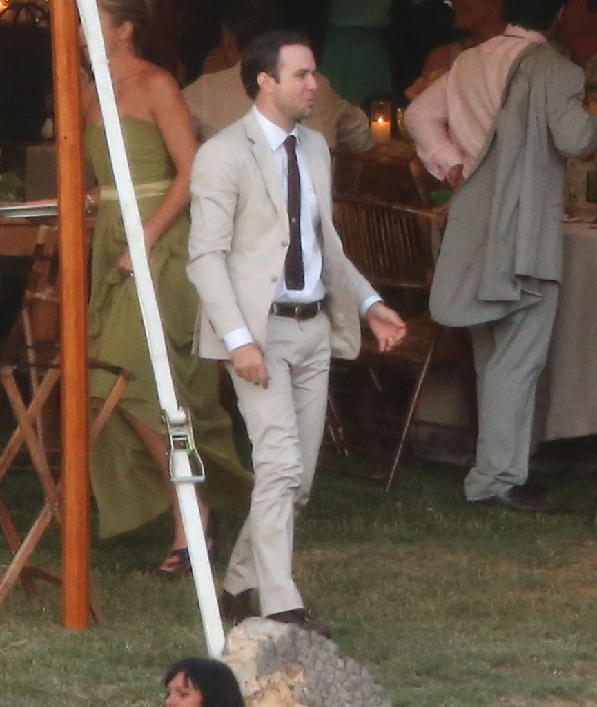 Taran Killam wore a light-colored suit.