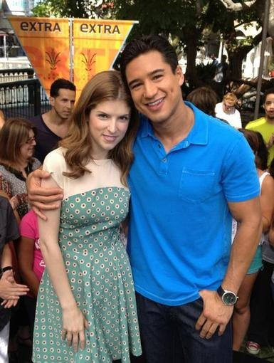 Extra host Mario Lopez made sure to get a picture with guest Anna Kendrick. Source: Twitter user MarioLopezExtra