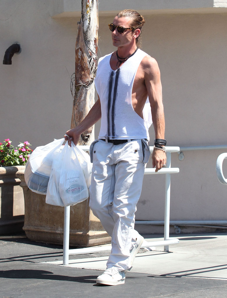 Gavin Rossdale carried takeout to the car.