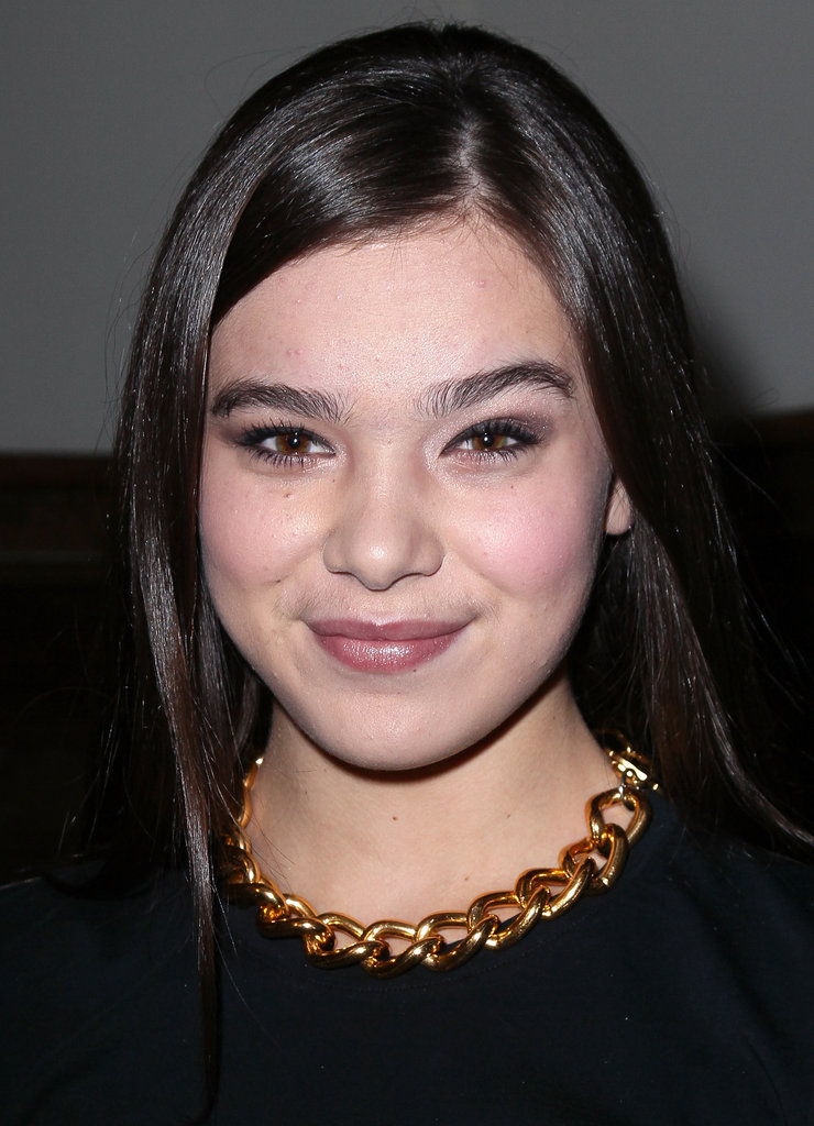 Hailee Steinfeld wore a gold chain necklace with a black t-shirt.