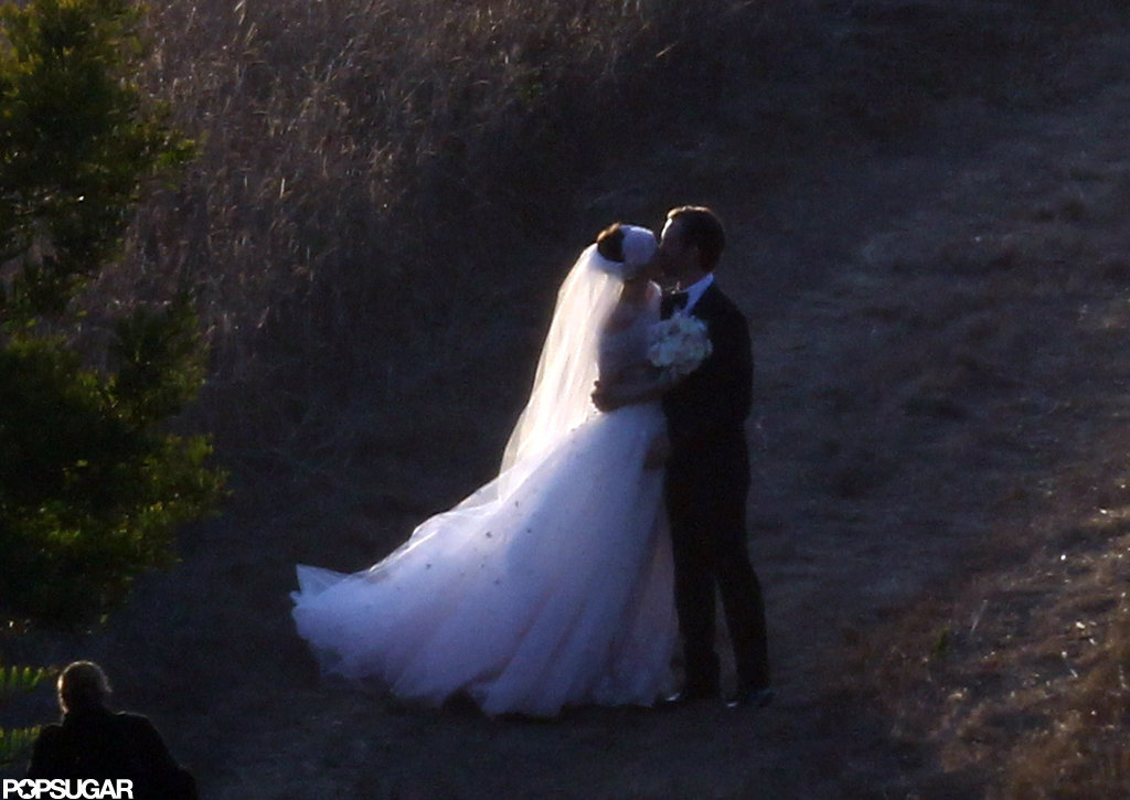 Anne Hathaway kissed her new husband Adam Schulman.