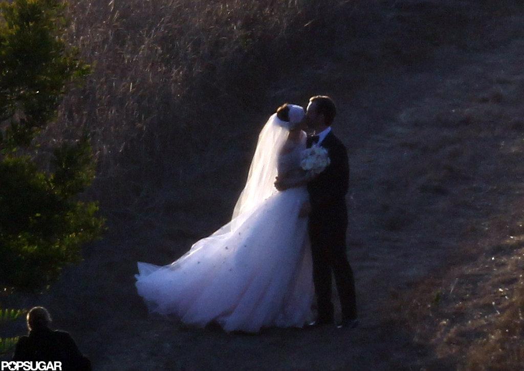 Anne Hathaway kissed her new husband Adam Schulman.