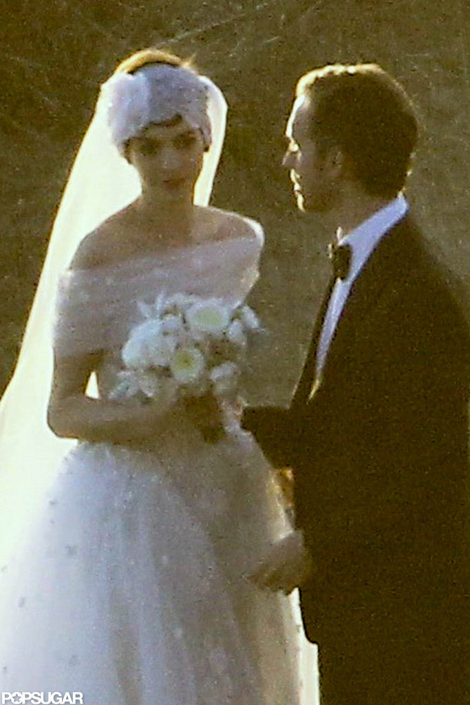 Anne Hathaway and Adam Schulman posed for wedding pictures.