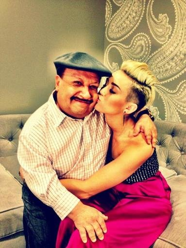 Chuy got some play from Miley Cyrus behind the scenes of Chelsea Lately. Source: Twitter user MileyCyrus