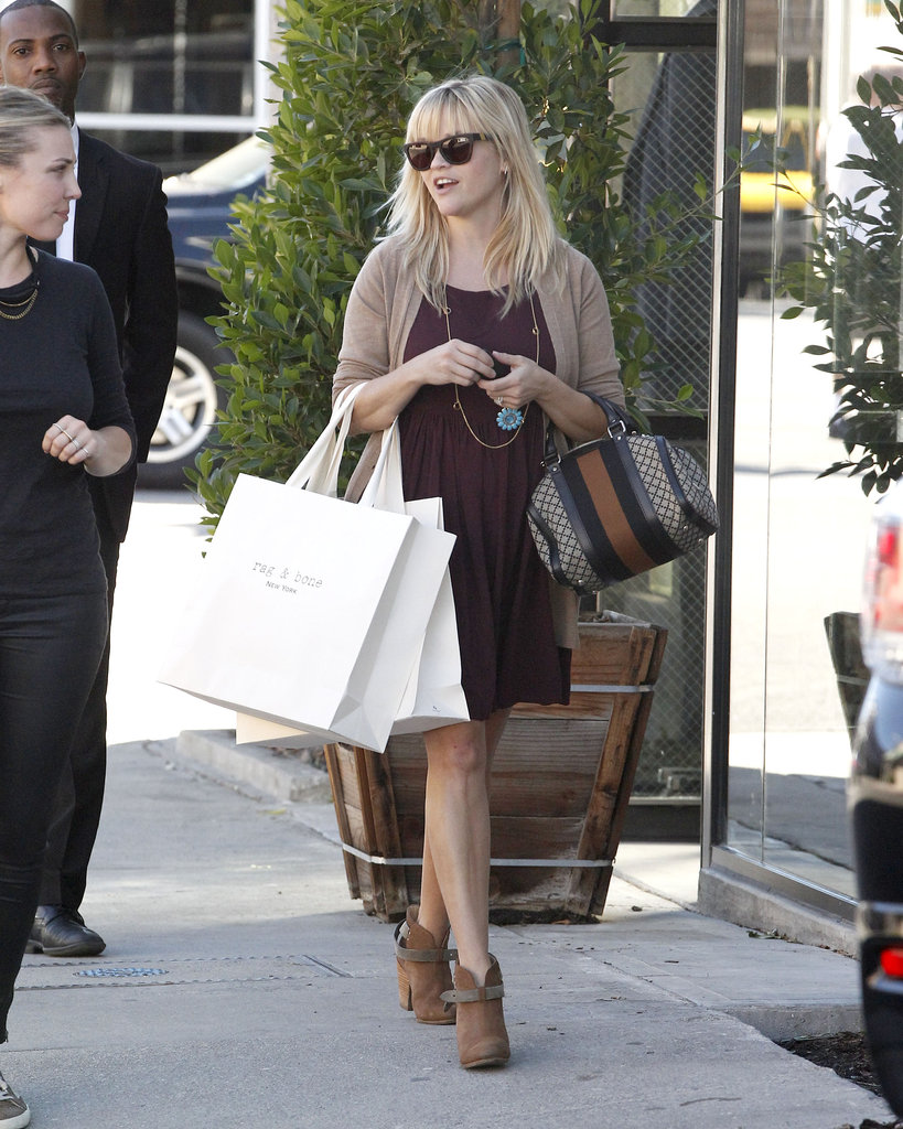 Reese Witherspoon strutted down the sidewalk with her shopping bags.