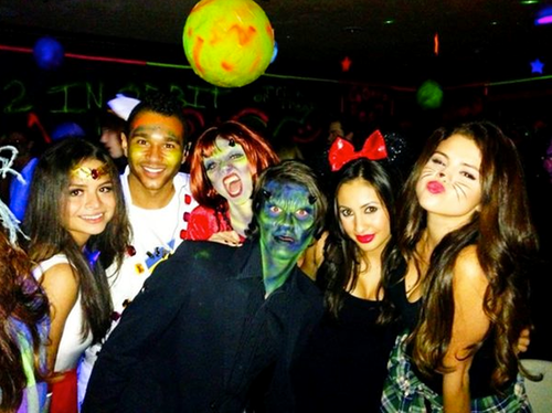Selena Gomez, dressed as a cute cat, partied with pals on Halloween. Source: Twitter user selenagomez