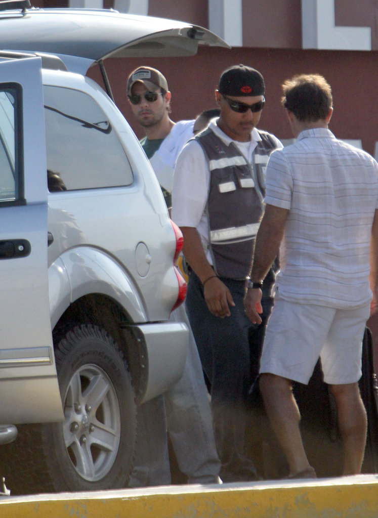 Enrique Iglesias and Anna Kournikova loaded up the car in Cabo.