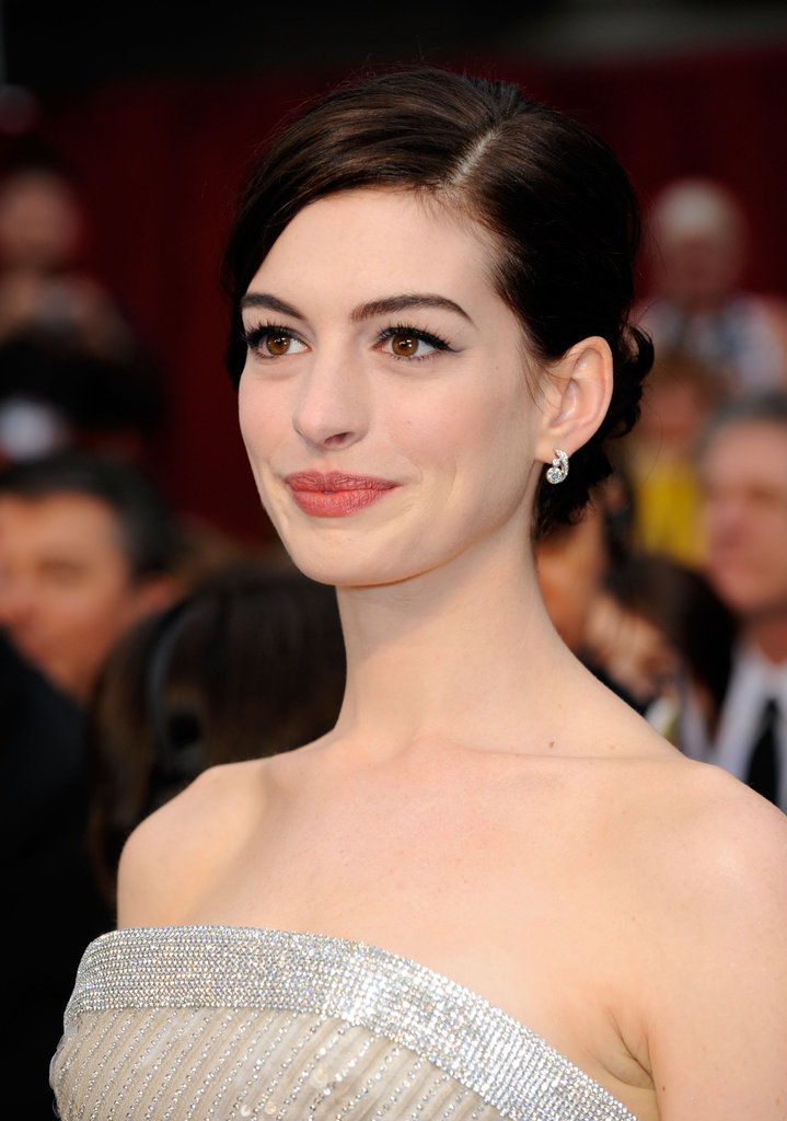 Donning a sparkling Armani Privé frock, Anne looked statuesque arriving at the 2009 Academy Awards. She went with a polished, side-parted updo, which she paired with winged liner and a touch of coral on her cheeks and lips.
