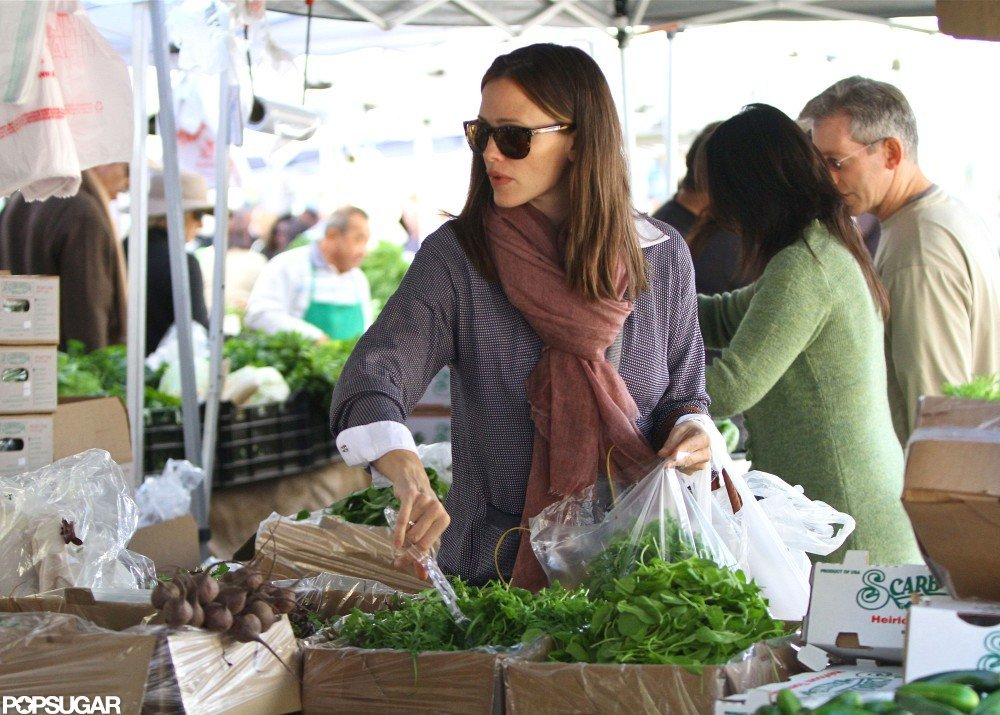 Jennifer Garner stepped out at a farmers market in LA.