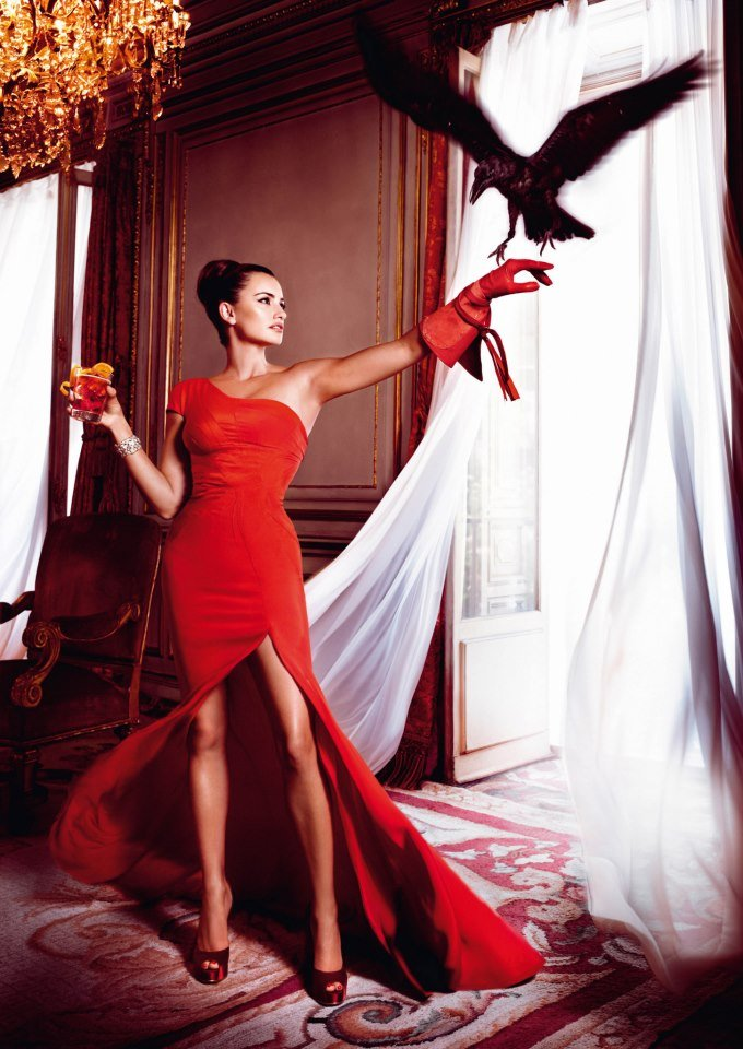 Penélope Cruz wore a red Zac Posen gown and acted out the superstition of a bird flying into a house.