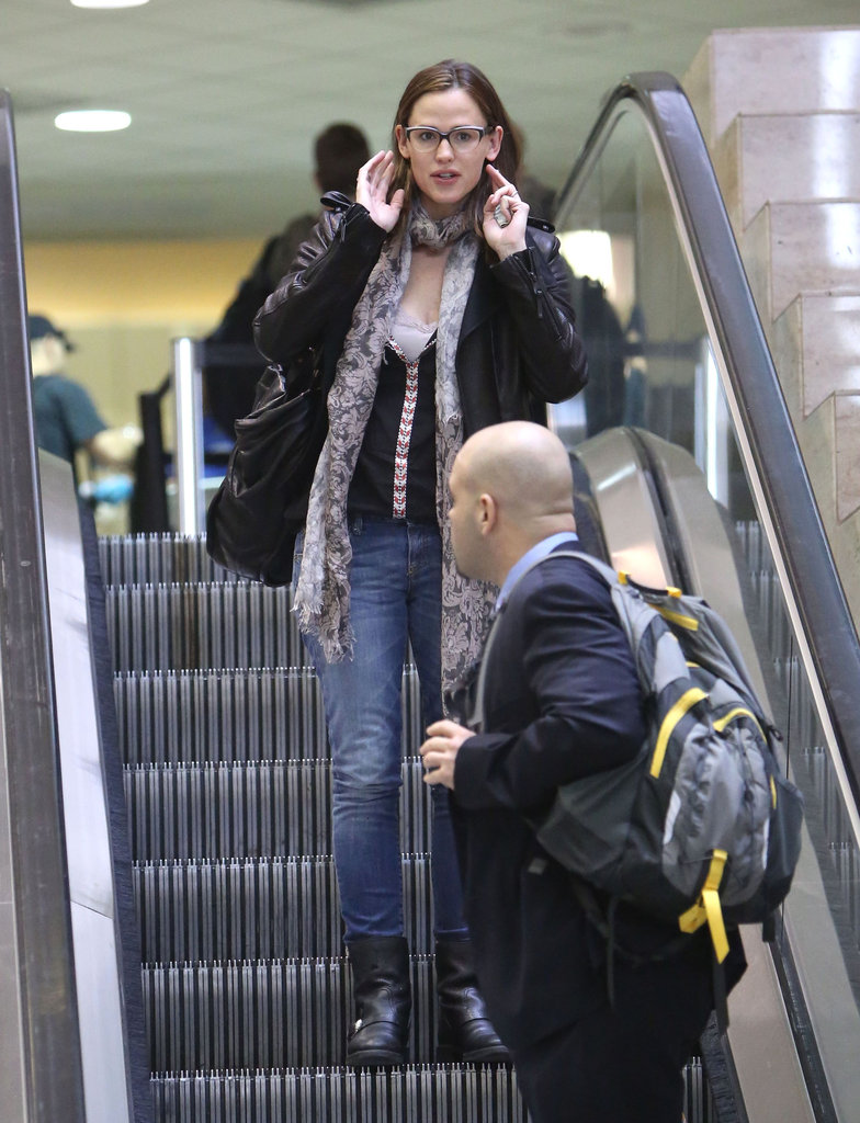 Jennifer Garner rode the escalator at LAX.