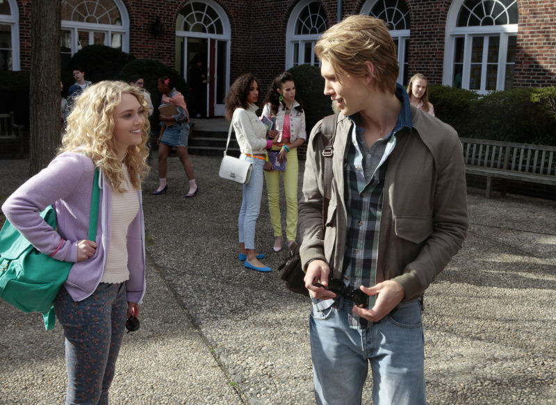 AnnaSophia Robb as Carrie and Austin Butler as Sebastian on The Carrie Diaries.
