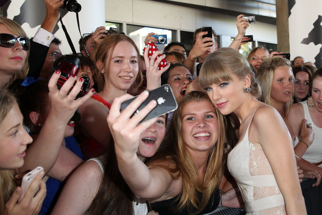 Taylor Swift hung out with fans before heading into the Aria Awards in Sydney.