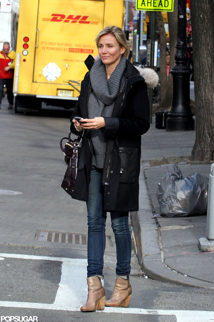 Cameron Diaz carried a black bag.