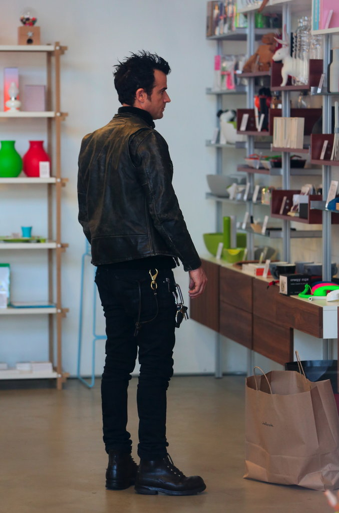 Justin Theroux shopped for gifts without Jennifer Aniston.