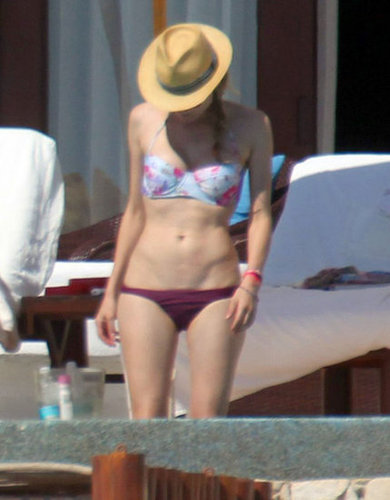 That's Diane Kruger under that cool fedora taking refuge from the sun and showing off a printed bustier bikini in Cabo.